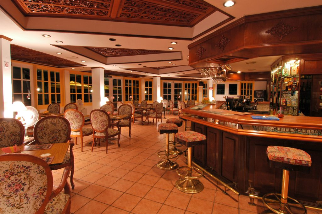 2005-10i The Bar